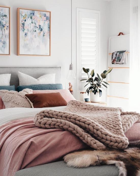 Różowe Dodatki Do Szarej Sypialni W Skandynawskim Zdjęcie