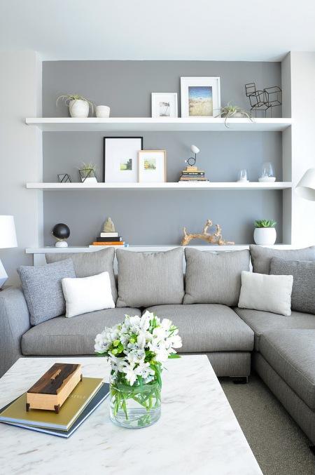 Białe Półki W Szarej Wnęce Na ścianie W Salonie Zdjęcie W