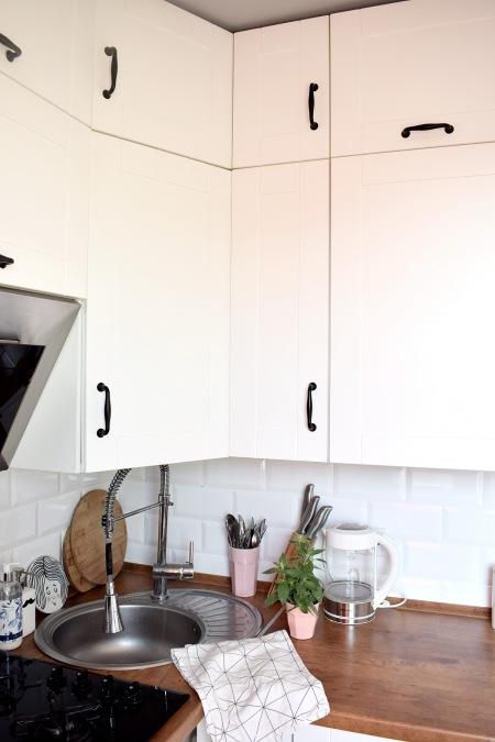 Białe Szafki Z Czarnymi Uchwytami W Kuchni Zdjęcie W