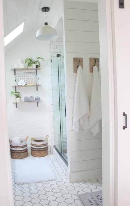 Mała łazienka Na Poddaszu Z Drewnianymi Deskami Zdjęcie W