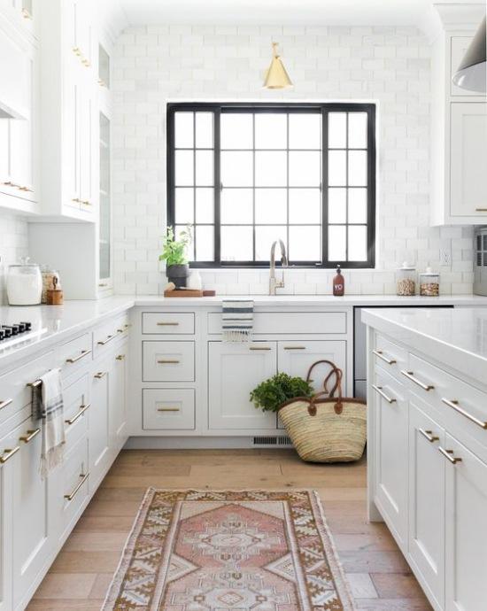 Biała Kuchnia Z Kamiennym Blatem I Drewnianą Zdjęcie W