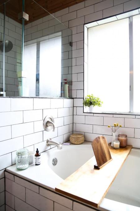 Drewniane Dodatki I Drobne Dekoracje W łazience Zdjęcie W