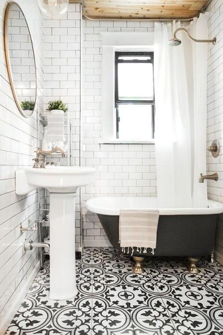 Biała łazienka Z Czarną Wanną I Wzorzystą Podłogą Zdjęcie