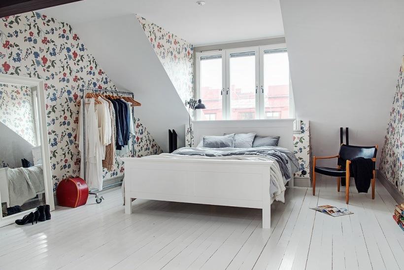 Białe łóżkostojący Metalowy Wieszak Na Zdjęcie W Serwisie