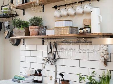 Biało Czarna Aranżacja Kuchni Z Elementami Drewna Zdjęcie