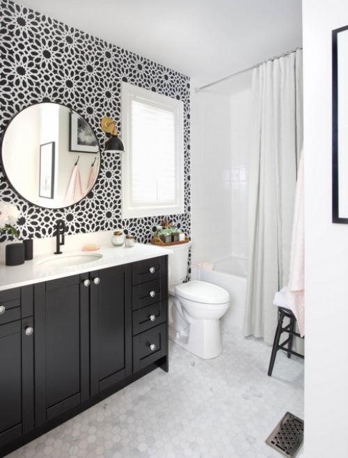 Before & after czarno-białej łazienki ze złotymi dodatkami!