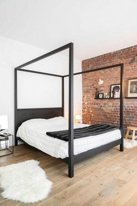 Czerwone Cegły I Czarne łóżko W Aranżacji Sypialni Zdjęcie