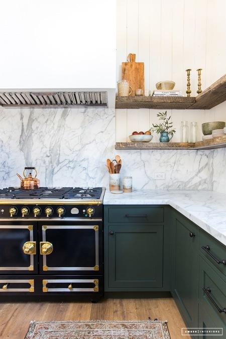 Marmurowy Blat I ściana W Eleganckiej Kuchni Zdjęcie W