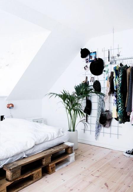 Sypialnia Na Poddaszu Z łóżkiem Z Palety Zdjęcie W