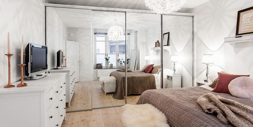 Biała Sypialnia Z Lustrzaną Szafą Białą Zdjęcie W