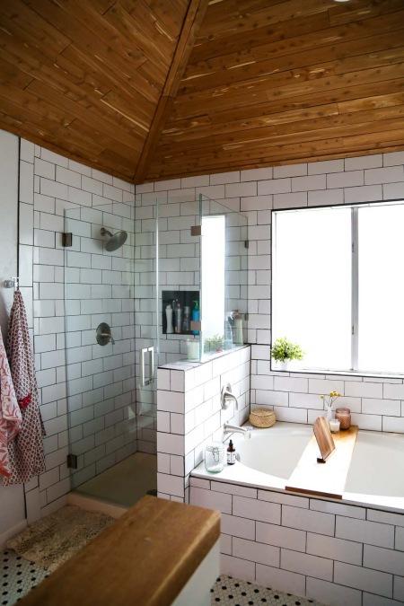 Drewniany Skośny Sufit W łazience Z Wanną Zdjęcie W