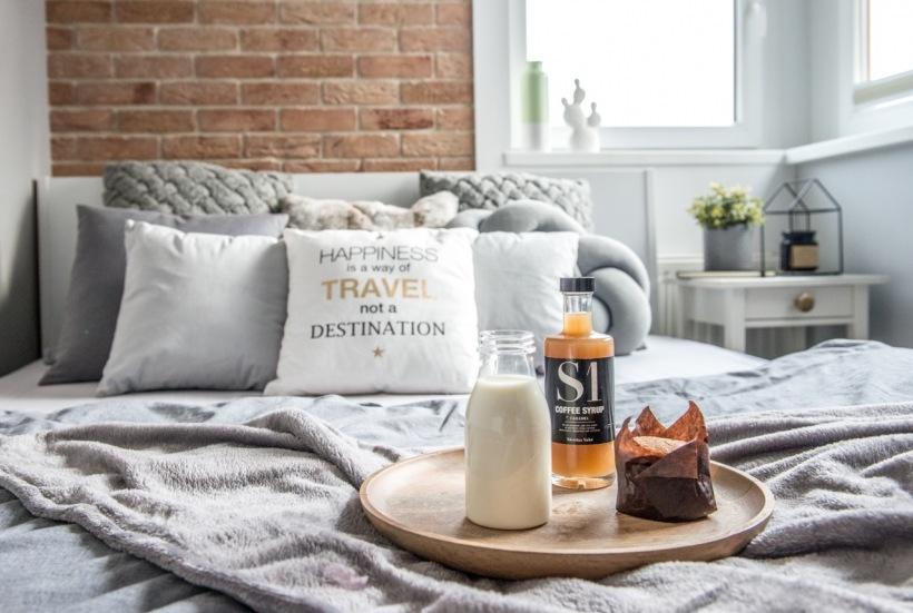 Dekoracyjne Poduszki W Aranżacji Sypialni Zdjęcie W