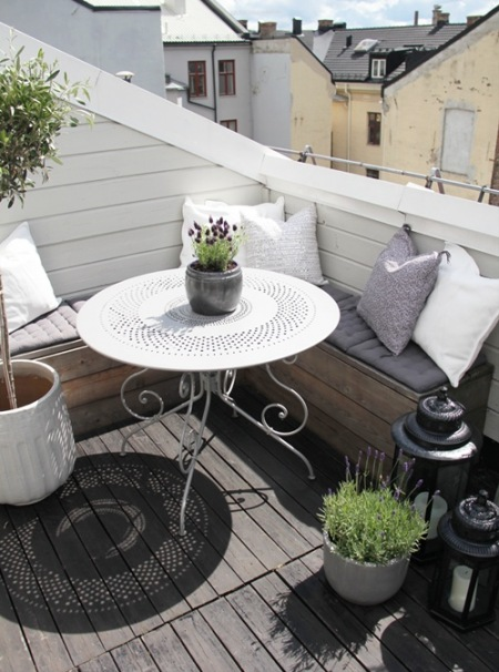 Biały Okragły Stolik Na Balkonszara Podloga Zdjęcie W