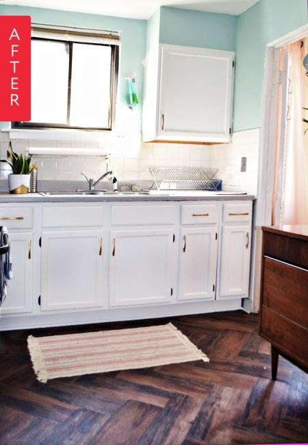 Kuchnia After Z Białymi Szafkami I Ciemną Podłogą Zdjęcie