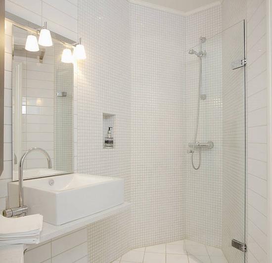 Biała łazienkamała łazienkaneutralna łazienkaaranzacja