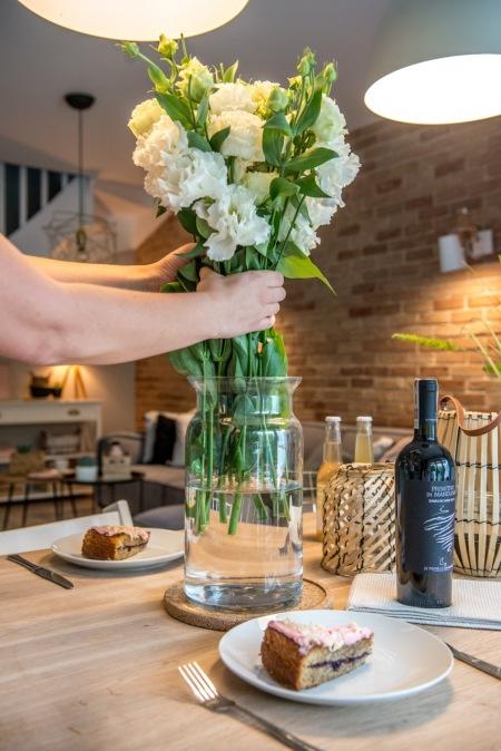 Szklany Wazon Na Kwiaty Na Stole W Jadalni Zdjęcie W