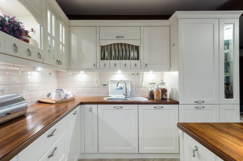 Klasyczna Biała Kuchni Z Drewnianym Blatem Zdjęcie W Serwisie