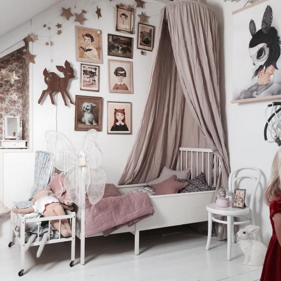 Białe łóżko Z Baldachimem W Pokoju Dziecięcym Zdjęcie W