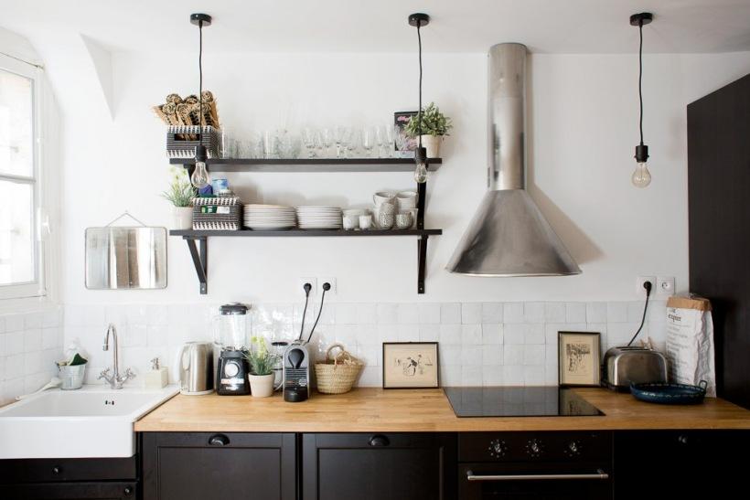 Biało Czarna Kuchnia Z Drewnianymi Blatami Zdjęcie W Serwisie
