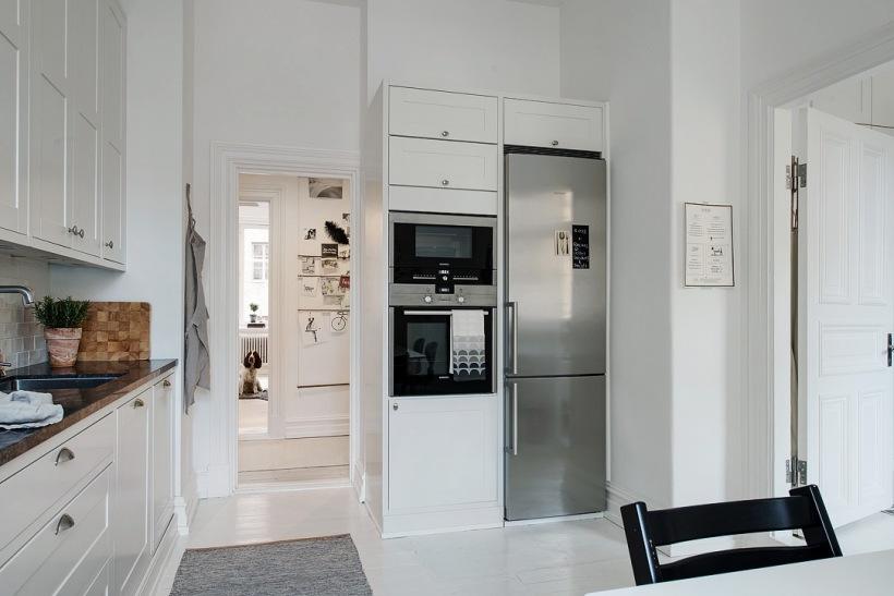 Zabudowane Sprzęty W Aranżacji Białej Kuchni Zdjęcie W