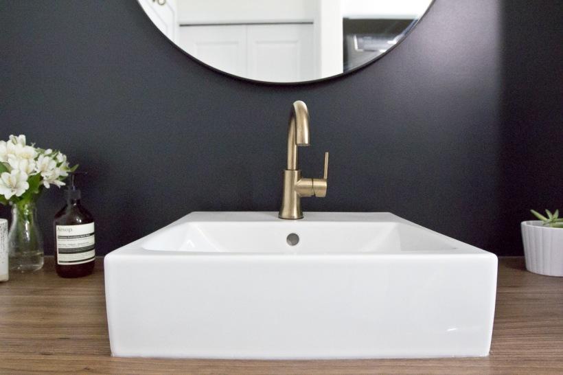 Złoty Kran W Aranżacji łazienki Z Czarną ścianą Zdjęcie W