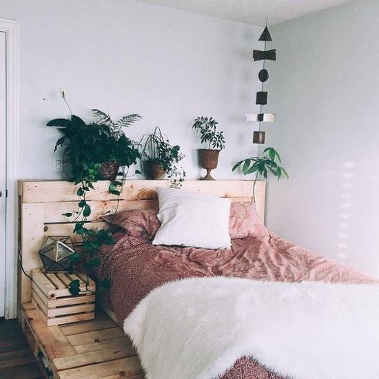łóżko Z Palet W Aranżacji Małej Sypialni Zdjęcie W