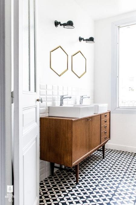 łazienka Z Płytkami Azulejos Z Drewnianą Szafką Zdjęcie W