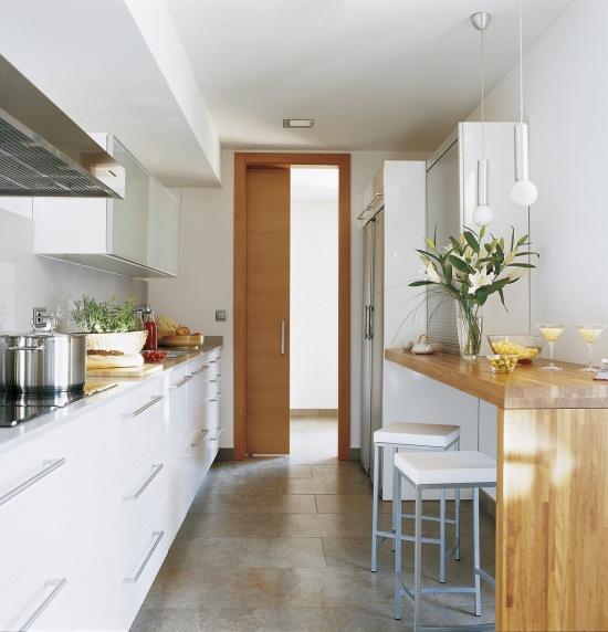 Wąska Lada Jako Stół Przy ścianie W Małej Kuchni Zdjęcie W
