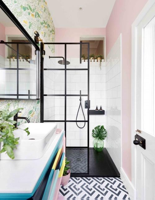 Niezwykła metamorfoza wąskiej łazienki, czyli jak tradycyjne wnętrze przemienić w miejsce z klimatem?