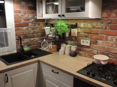 Kuchnia Z Białymi Szafkami I Czerwoną Cegłą Zdjęcie W