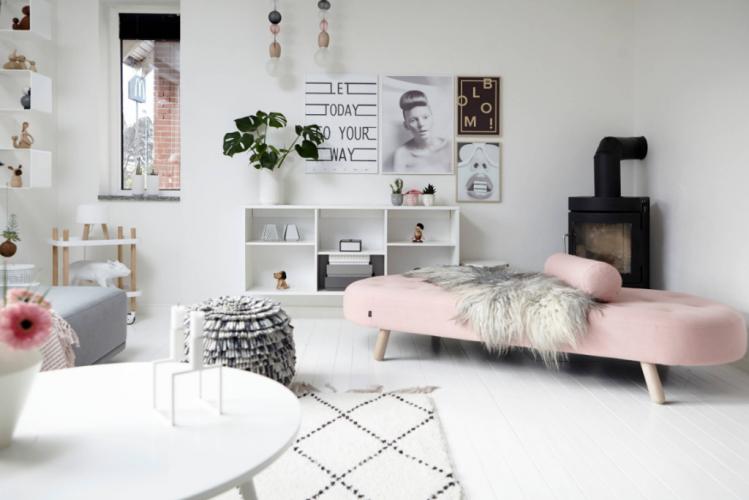 Ciekawa aranżacja mieszkania w skandynawskim stylu z białą podłogą i dodatkami w pudrowym różu