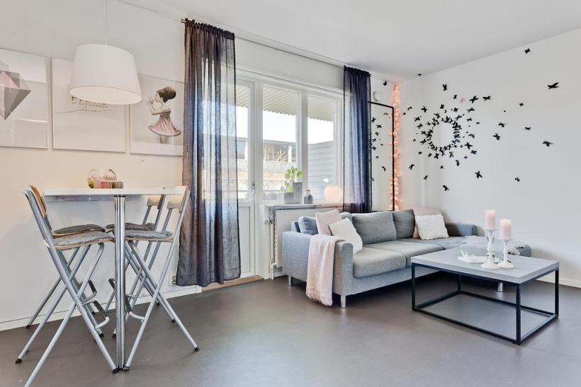 Aranżacja Małego Salonu Z Oryginalną Dekoracją Zdjęcie W Serwisie