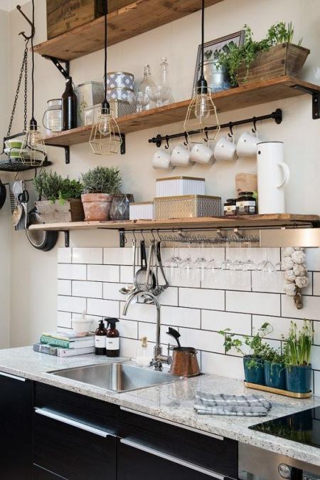 Drewniane Półki Z Ozdobnymi Naczyniami W Kuchni Zdjęcie W