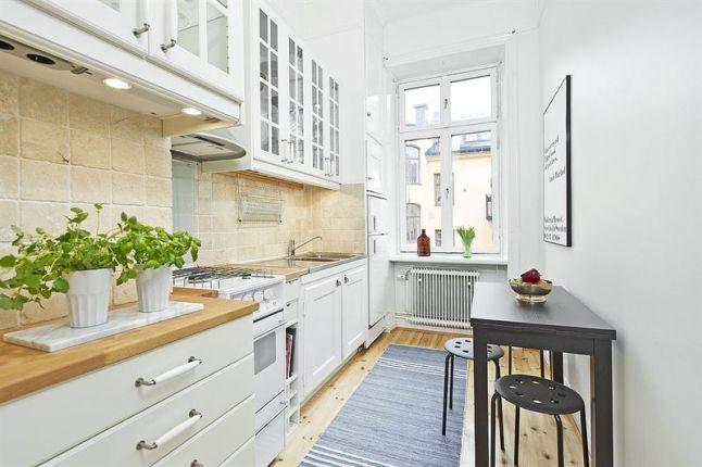Wąska Biała Kuchnia W Stylu Skandynawskim Zdjęcie W