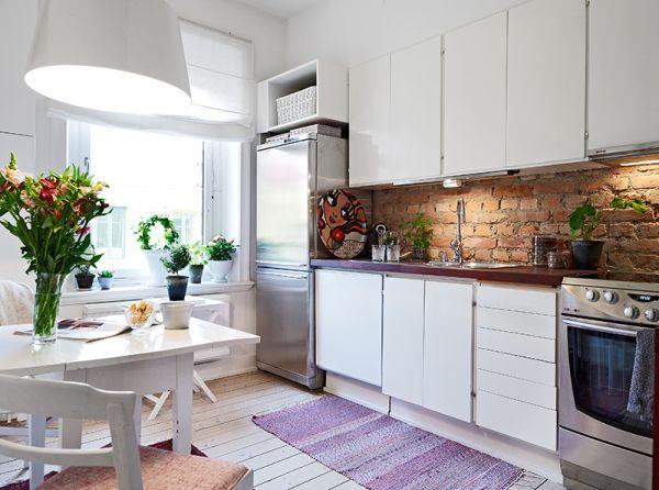 Czerwona cegla w bialej kuchni  zdjęcie w serwisie