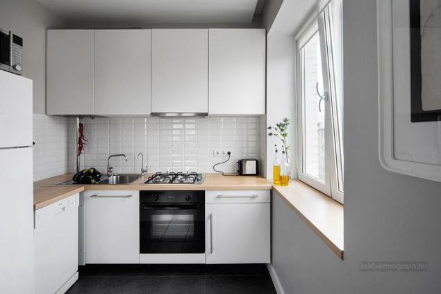 Aranżacja Białej Małej Kuchni Widok Z Salonu Zdjęcie W Serwisie