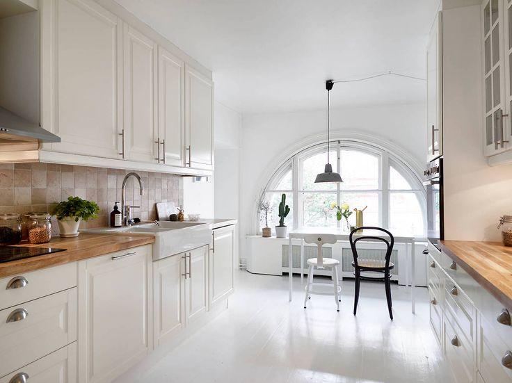 Biała kuchnia skandynawska z białą podłogą  zdjęcie w serwisie Lovingit pl (   -> Biala Kuchnia Z Drewnianym Blatem Jaka Podloga
