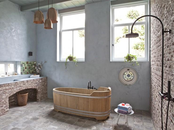 Drewniana wanna miedziane lampy klinkier w zdj cie w - Barn style lighting for bathroom ...