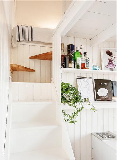 Poważnie Wąskie białe schody z drewna na antresolę - zdjęcie w serwisie KZ07