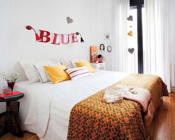 Napisy I Litery Na ścianie W Sypialni Zdjęcie W Serwisie