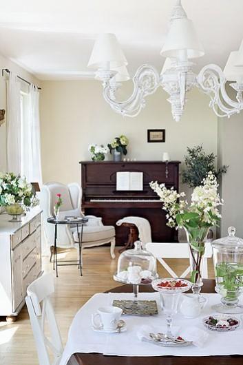 Francuskie białe meble i żyrandol i brązowe - zdjęcie w ...