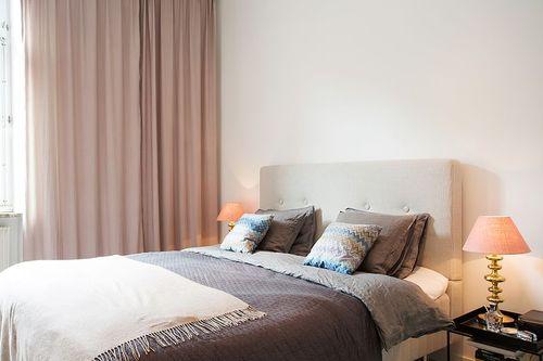 Biało Beżowa Sypialnia Skandynawska Z Poduszkami Zdjęcie W