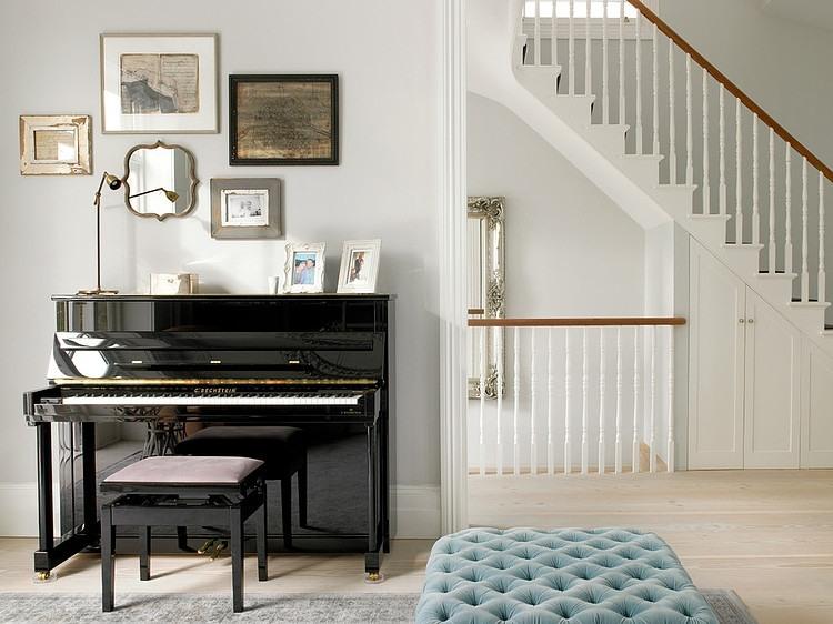 Aran acja bia ych schod w z galeri dekoracji zdj cie w for Where to put a piano in a small house