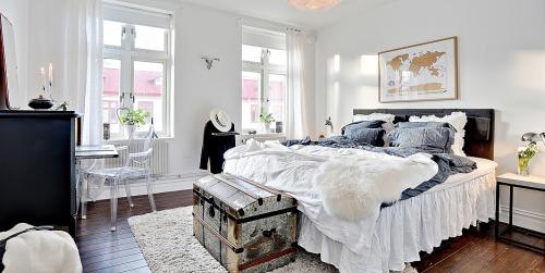 Sypialnia Z Dużym Podwójnym łóżkiem Z Zagłówkiem Zdjęcie W