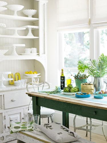Biała wiejska kuchnia z turkusowym stołem  zdjęcie w serwisie Lovingit pl (1   -> Kuchnia Wiejska Inspiracje