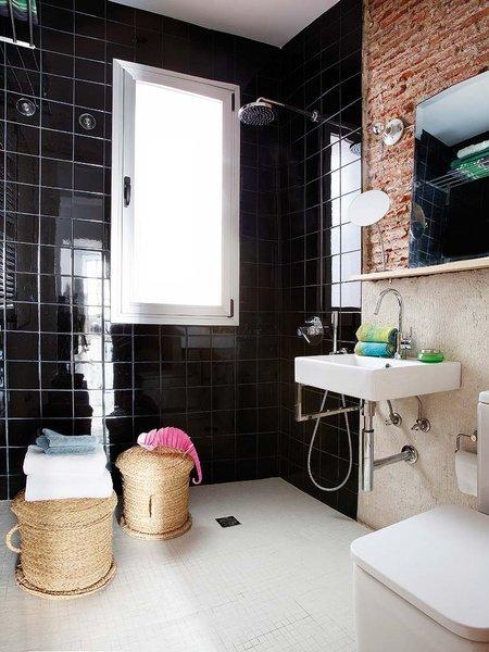 Czerwona Cegła W Czarno Białej łazience Zdjęcie W Serwisie