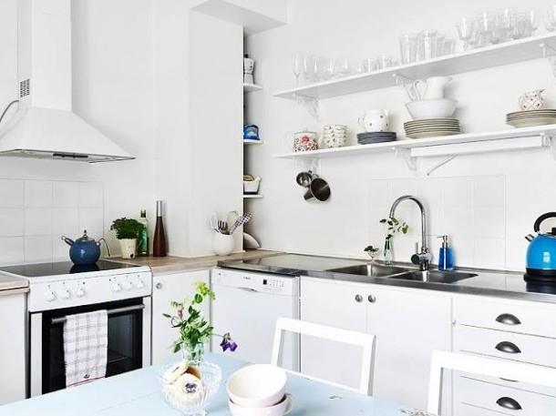 Tradycyjna biała kuchnia skandynawska z otwartymi  zdjęcie w serwisie Loving