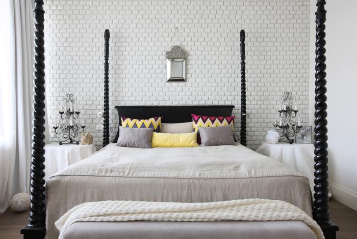 Biała Cegła Na ścianie W Sypialni Ze Stylowym Zdjęcie W
