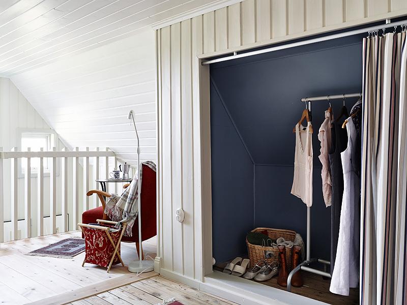 Pomysłowa garderoba we wnęce ściany ze skosami - zdjęcie w serwisie Lovingit.pl (21582)