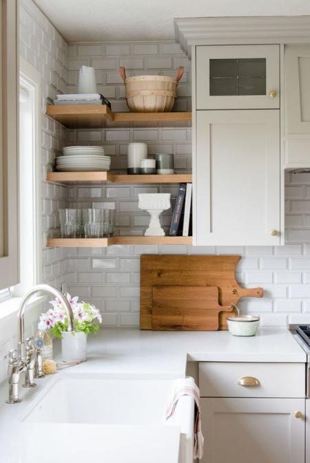Drewniane P 243 łki W Małej Białej Kuchni Zdjęcie W Serwisie